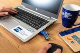 USB stick in gebruik met laptop