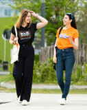 T-shirt zwart en oranje al wandelend