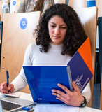 Spiraalschrift lezend tijdens de les